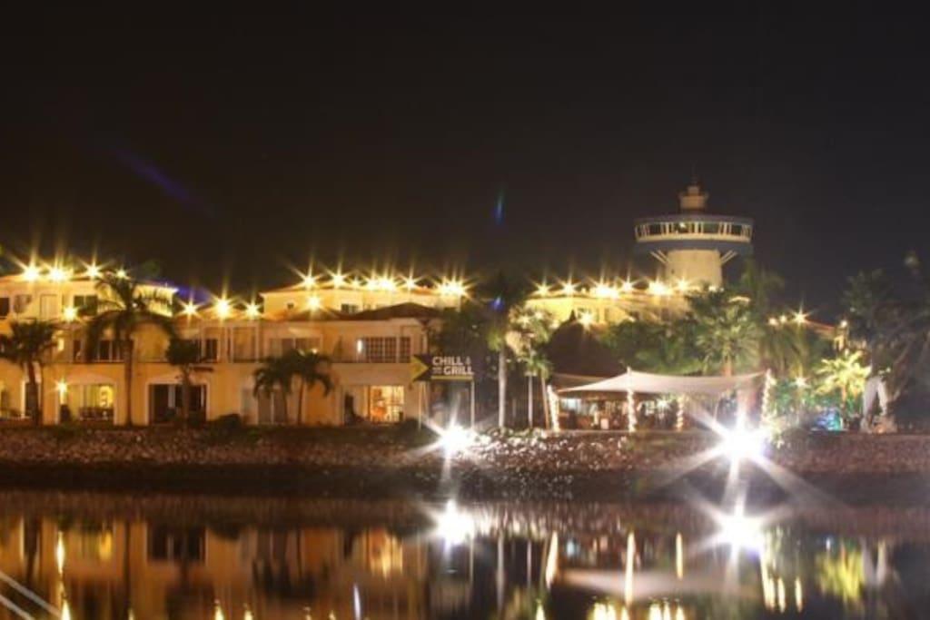 Vista nocturna del complejo de villas vacacionales.