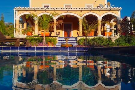 Villa Van Gogh private getaway with pool for 2