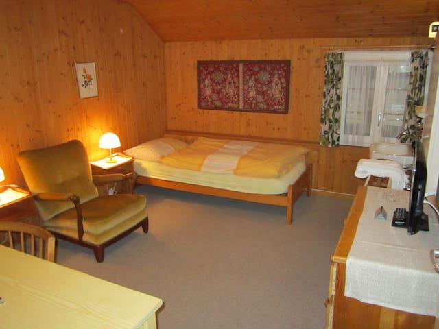 Zimmer mit einem Waschbecken und ein kleines Fenster zum Hinterhof.