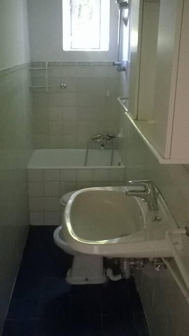 Bagno. Bathroom.