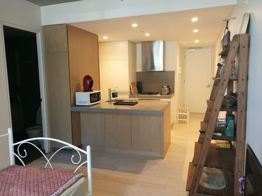 Open Kitchen with Microwave  big bench top开放式厨房,有个大吧台