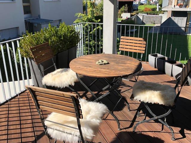 Süd-West Balkon mit Regenschutz und 2 Sonnenjalousien für Schatten, wenn gewünscht