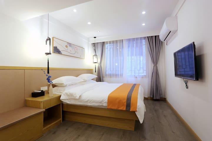 〔逸舍〕带有客厅的1.8米大床房,凤凰古城核心景区熊希龄故居旁边,享有安静的住宿环境