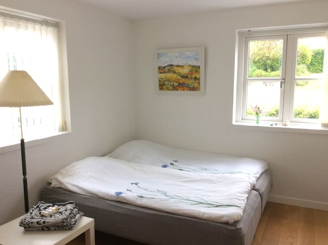 Dejligt værelse tæt på Holbæk fjord og Marina