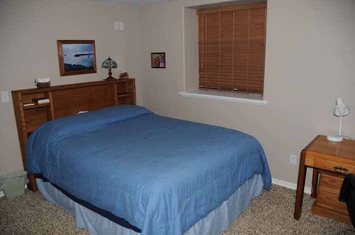 Private room, Queen Bed, Desk and closet.