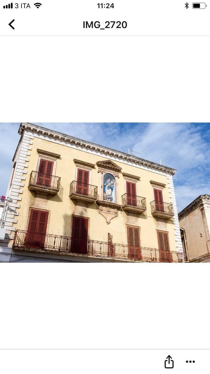 Palazzo storico con affissa la Madonna protettrice