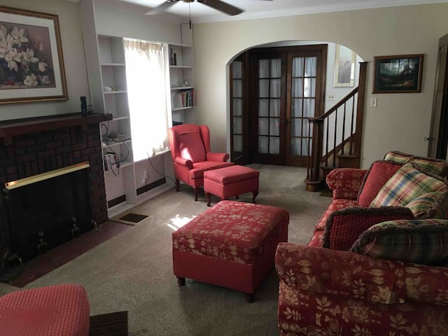 Relaxing living room, great space to read a book, plug in and watch videos on your phone or laptop. enjoy the unlimited highspeed cable network.