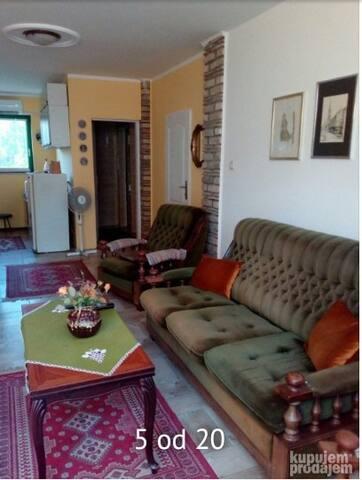 Studio,trpezarija,kompletna opremljena kuhinja i 2 sanitarna cvora,klimatizovano,wf,tv,centralno grjanje na gas,sa izlaskom na terasu za sedenje i uzivanje