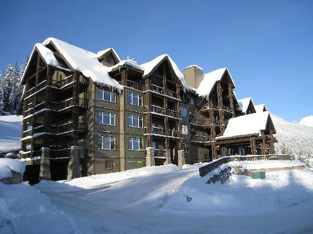ON MOUNTAIN CONDO FOR 2-KICKING HORSE.SKI IN/OUT