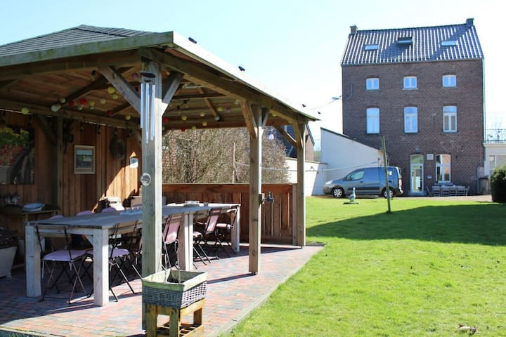 Hébergement spacieux avec bar, salle de jeux, grand jardin et terrasse couverte