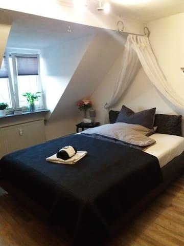 Romantisches  Mansardenzimmer nahe D.dorf+Köln