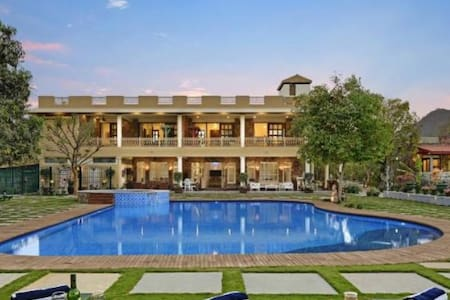 Stay at most Luxurious Places in Udaipur