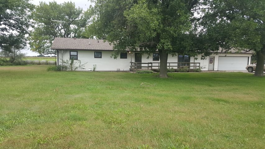 Quiet country ranch house/hunting lodge near lake