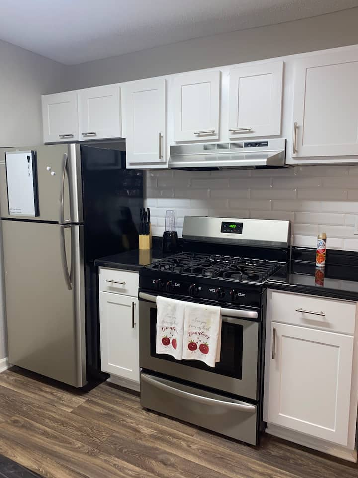 Private Room in Luxury 2Bd Apartment 420 FRIENDLY!