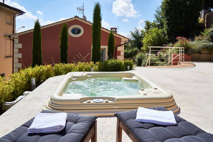 Elegante Villa mit Jacuzzi im antikem Dorf