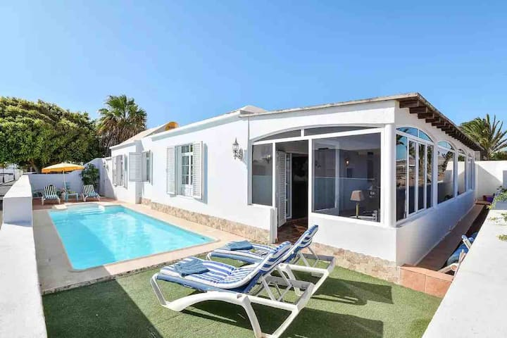 Villa with amazing sea views, 2 mins to the beach