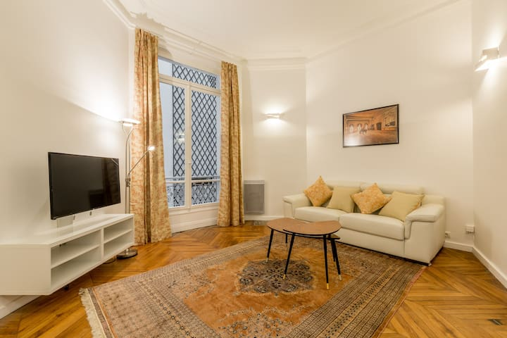 Chic Champs Elysees Flat for 4 / Marbeuf street