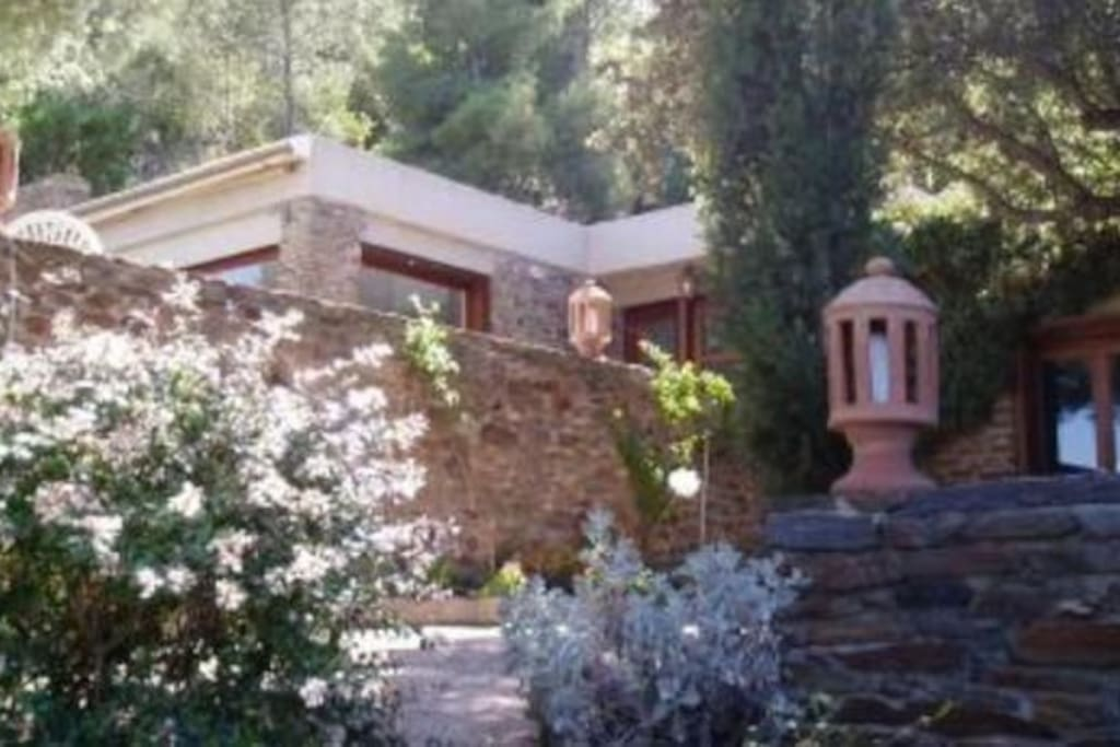 Première maison vue depuis le jardin - First house (picture taken from the garden)