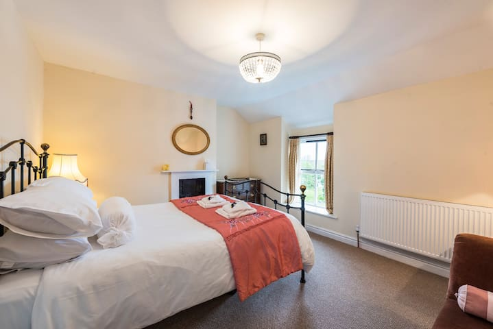 Charming refurbished traditional  town house 4 bed