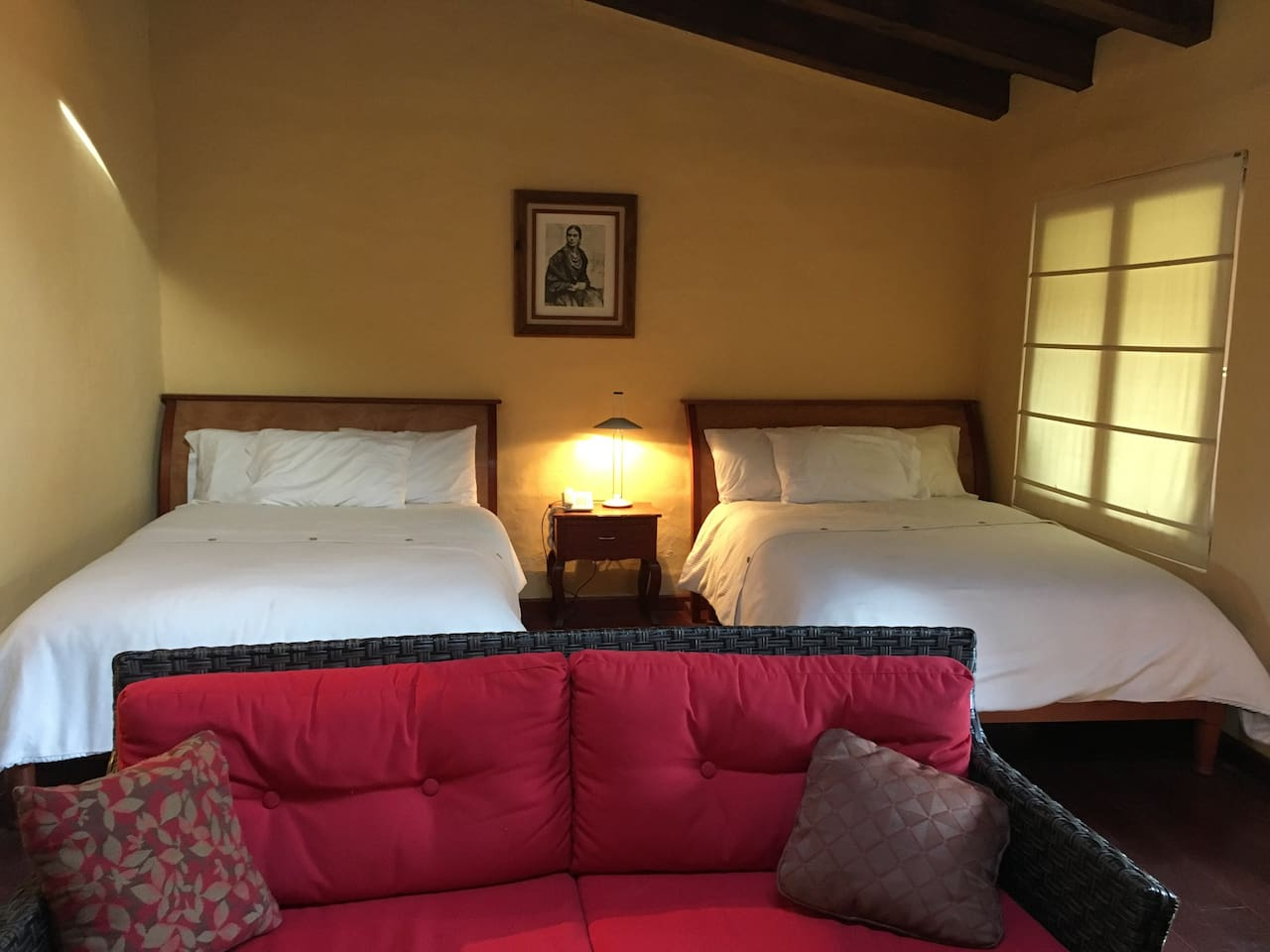 Para un descanso confortable dos lindas camas con colchón y blancos de calidad superior
