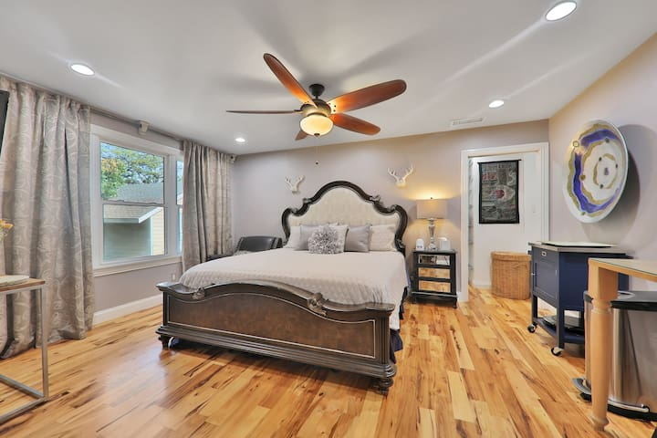 Eclectic dog-friendly studio w/ shared pool & hot tub nearby!
