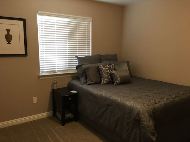 Cozy Room, Comfy Queen Bed, FAST WIFI, Roku TV