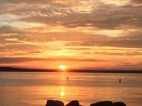 Island Bungalow near Newport, walk to beach/sunset