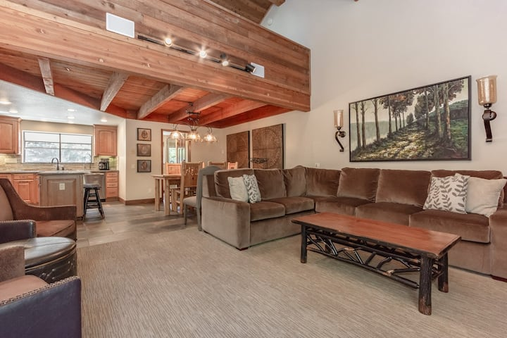 Newly remodeled townhome near shops and restaurants with mountain views and pool access