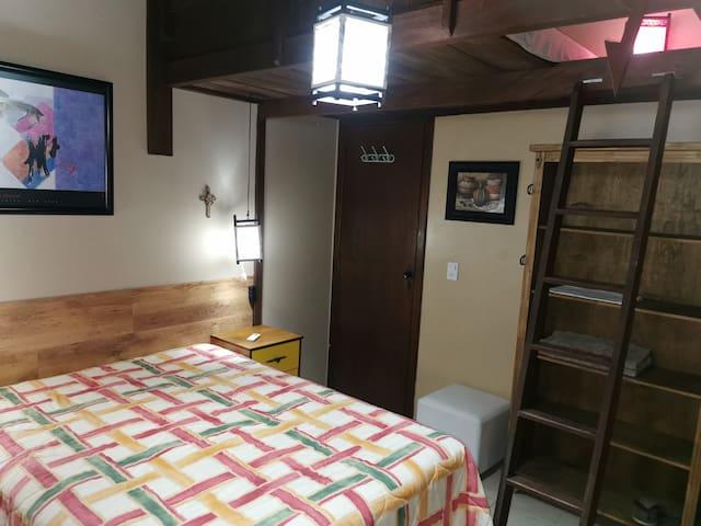 Quarto 2, amplo, com ar condicionado e cama box de casal, com roupas de camas de excelente qualidade (200 fios). Escada do mezanino para a cama extra de casal.