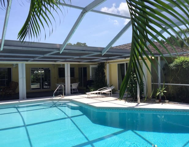 Country Club 5BD Pool Home Getaway - Jupiter - Hus