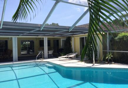 Country Club 5BD Pool Home Getaway - Ház