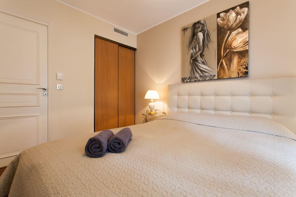 Camera da letto, con entrata in bagno.