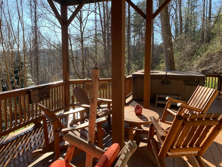 Mountain HotTub Home; 15 min to Downtown Asheville