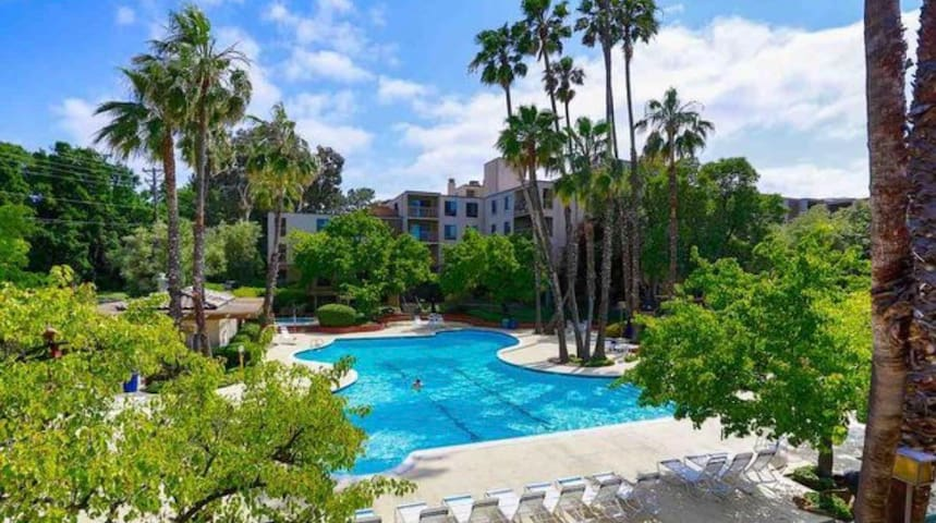 Master Suite in Resort Like Complex, Walk to BART!