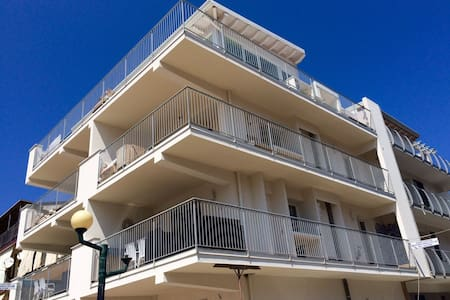 Nuovissimo appartamento sul mare - Reitano