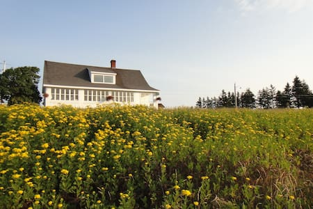 Bicentennial home nestled in between the sea - Rimouski