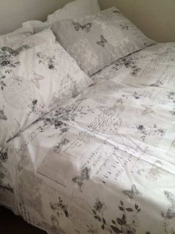 Quiet & cosy Double Room - near LHR - free parking