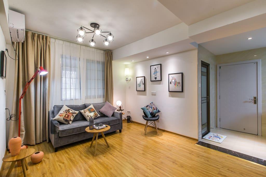 客厅使用投影仪 可移动,也可以放主卧观看,无线互联网,效果很棒
