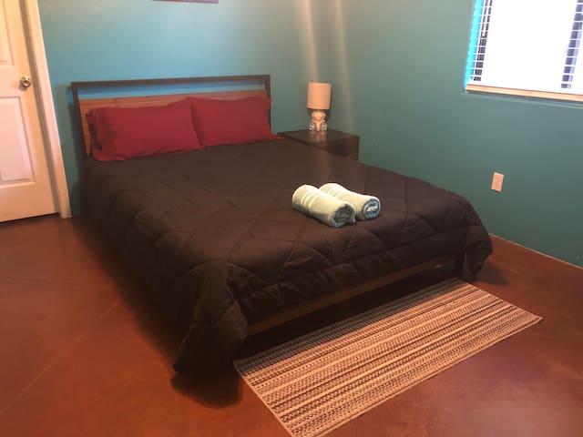 ★Comfy Room★   Private Bath, ♛Queen Bed + Roku TV
