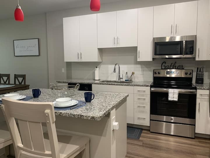 New! Luxury 1 bedroom w/ King bed & Air Sanitizer