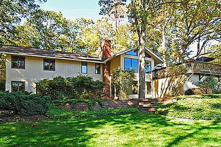 Lovely, stylish house on a lake. - Sparta Township - Casa