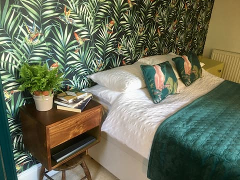 Beautiful double room with easy access to Gatwick