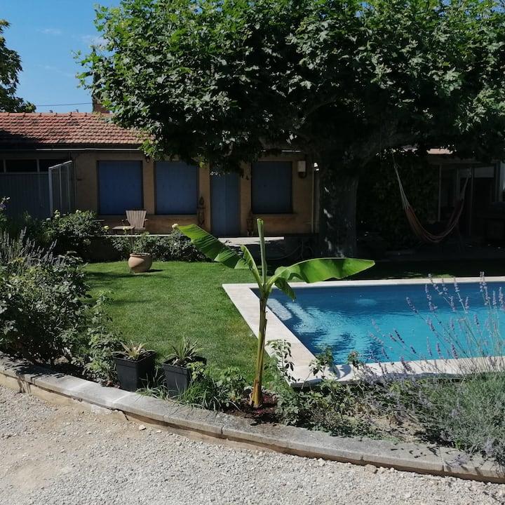 Maisonnette studio avec piscine