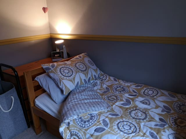 2 single rooms available close to travel network