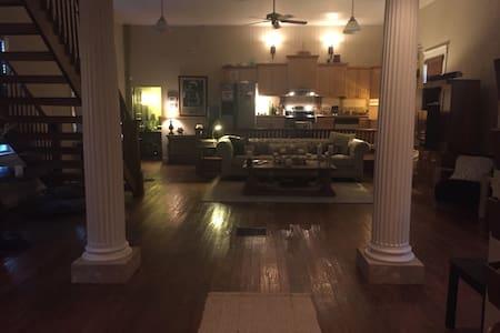 Beautiful Church Rehabbed to a home - Kansas City - Rumah