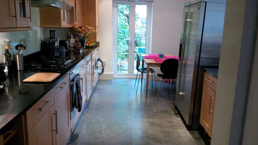 LOVELY CHILLED DOUBLE BEDROOM IN 5 BED HOUSE - Londres - Casa adossada