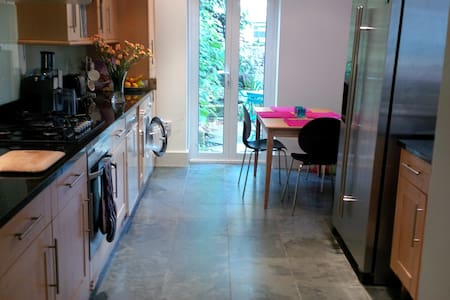 LOVELY CHILLED DOUBLE BEDROOM IN 5 BED HOUSE - London - Townhouse