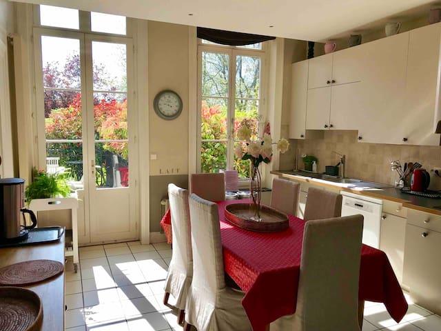 Cuisine du Château entièrement équipée avec accès direct sur la terrasse.