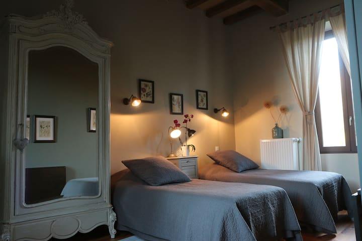 Chambre de charme à la décoration romantique.