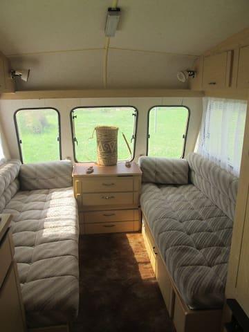 Caravane pour 4 personnes dans jardin privé